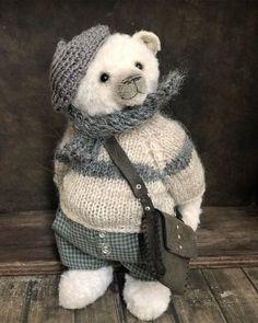 А знаете, как поэты сочиняют стихи? Наш ходит заложив руки за спину , молчит , пыхтит, а потом , как выдаст стих! И никаких блокнотов и… Best Teddy Bear, Cute Teddy Bears, Plush Animals, Felt Animals, Teddy Beer, Teddy Edwards, Teddy Toys, Guys And Dolls, Bear Doll