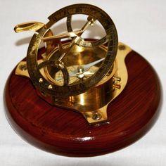 Mosiężny żeglarski zegar słoneczny z kompasem, Zegar Dollonda, kompas żeglarski z zegarem słonecznym - wskazuje właściwy kierunek w każdym miejscu na ziemi, pomaga wybrać właściwą drogę i bezpiecznie wrócić do domu, morski symbol wytyczania kursu, omijania także życiowych raf, mielizn i niebezpieczeństw, żeglarski prezent, stylowa marynistyczna dekoracja, marynistyczny upominek, prezent dla Żeglarza, morski wystrój  http://Sklep.marynistyka.org/kompasy-i-busole-c-1.html http://Marynistyka.eu