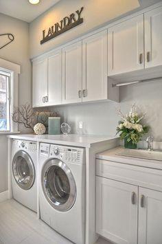 Mi piacerebbe avere una lavanderia organizzata come questo un giorno. Amate gli armadi per la conservazione di lavanderia, e l'area sopra lavatrici, molto più usabile !! :)