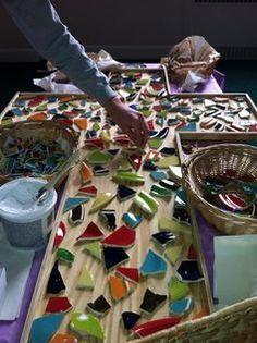 Mozaiek kruis. steeds mag iemend een stukje bijleggen. later opgevuld met gips. Eventueel kan het ook in het klein.