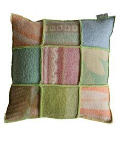 kussen bekleed met retro dekens in pasteltinten. Het kussen is afgewerkt met lichtgroen lockgaren. De prijs is inclusief nieuw binnenkussen.