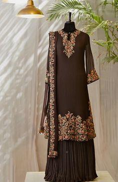 Pakistani Fashion Party Wear, Pakistani Bridal Wear, Pakistani Dress Design, Abaya Fashion, Pakistani Dresses, Indian Dresses, Indian Outfits, Indian Fashion, Fashion Dresses