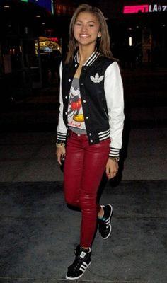 Zendaya aposta no look esportivo com camiseta divertida, jaqueta college e sneakers. O toque fashion fica por conta da calça vermelha!   Zendaya - Look do dia - Novembro de 2012 - CAPRICHO