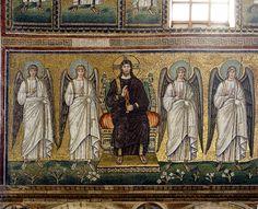 Basilica di Sant'Apollinare Nuovo, Ravenna. Mosaici dell'inizio del VI secolo. Cristo in trono con gli angeli.  Il periodo di Teodorico