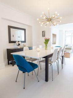 sala-de-estar-cinza-com-cadeiras-azuis-e-lustre-elegante