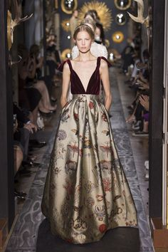 See all the Backstage photos from Valentino Autumn/Winter 2013 Couture now on British Vogue Fashion Week, High Fashion, Fashion Show, Modern Fashion, Beautiful Gowns, Beautiful Outfits, Couture Fashion, Runway Fashion, Paris Fashion