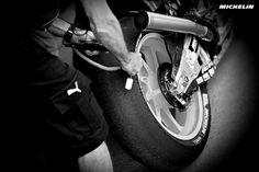 O que é o graining num pneu de MotoGP?http://www.motorcyclesports.pt/graining-num-pneu-motogp/