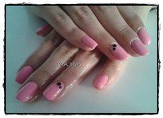 Manicure hybrydowy - czarne ozdóbki