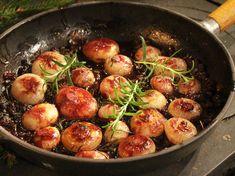 Smörstekta pärllökar med russin och rosmarin Sprouts, Beverages, Vegetables, Food, Christmas, Drinks, Meal, Navidad, Eten