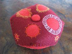 Biscornú rojo en fieltro, alfiletero, por María Tenorio, via Flickr