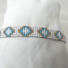 Bracelet tissé en perles miyuki blanc et bleu motif géométrique