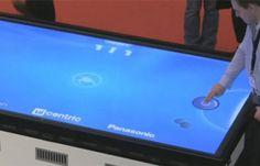 Já jogou aquele (antigo) jogo de hockey de mesa, normalmente encontrado em shoppings na área de games? Image então como seria jogar air hockey de mesa sem nada nas mãos, usando o touchscreen de uma tela de plasma de 103 polegadas, incrível não?