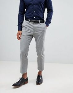 Shop the latest ASOS DESIGN skinny crop smart pants in gray pinstripe trends with ASOS! Rugged Style, Asos, Grey Pants Outfit, Camo Pants, Style Brut, Grey Trousers, Mens Grey Pants, Gray Pants, Fashion Night