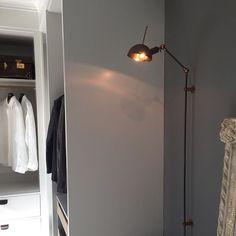 Den tøffe vegglampen Kettle Stick fra @lightworkeu henger nå i den nye garderoben i utstillingen vår✨ kr. 12.170,-Se mer fra Lightwork på www.lampestudio.no #lampestudio Showroom, Wall Lights, 21st, Studio, Lighting, Interior, Instagram Posts, Home Decor, Cloakroom Basin