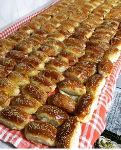 @sukran_mutfakta 👈Yumuşacık peynirli pogaçalar. - Benim ölçüm kalabalık içindi 180 tane çıktı  Soğuduktan sonra buzluk poşetine koyup… Cottage Pie, Pretzel Bites, Hot Dog Buns, Finger Foods, Waffles, Iftar, French Toast, Brunch, Cooking Recipes