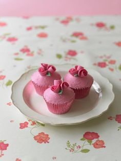 roses and cupcakes Fancy Cupcakes, Pretty Cupcakes, Beautiful Cupcakes, Sweet Cupcakes, Cupcake Rosa, Cupcake Cakes, Cute Cakes, Yummy Cakes, Cupcakes Flores