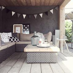 mooi overdekt terras in zwart / wit / grijs / hout