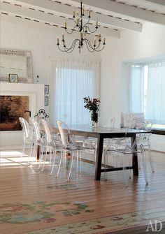 Questa è l'idea:Louis ghost chairs,farmhouse table,antique chandelier e fireplace. E pelli di pecora sulle sedie? Di certo parquet floor.