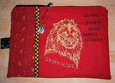 Etui Gryffindor mit Anhänger, magisches Hogwarts, Schloss ,Löwe, Stickerei, Harry Potter inspirierte Tasche, handmade von UlrikesSmaating auf Etsy