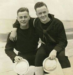15 Vintage Gay Couples You Need to See – Hommemaker Tattooed Couples Photography, Couple Photography, Vintage Couples, Vintage Men, Vintage Sailor, Men In Uniform, Couples In Love, Gay Couple, Cute Gay