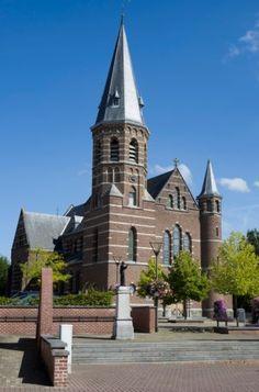 De 100-jarige Sint-Laurentiuskerk torent hoog boven Gellik uit.