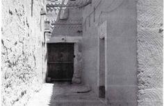 شارع بحى دخنة ويظهر مدخل دار الشيخ محمد بن إبراهيم 1375هـ/1956م Hajj Mubarak, Saudi Arabia, Turban, Old Photos, Architecture, Places, People, Old Pictures, Arquitetura