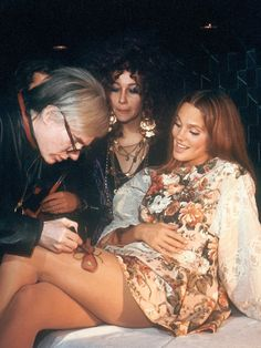 Candid shot of Andy Warhol painting a butterfly on a young woman's leg. Lovely photo by Oscar Abolafia (circa the Candid shot of Andy Warhol painting a butterfly on a young woman's leg. Lovely photo by Oscar Abolafia (circa the Studio 54, Warhol Paintings, 70s Fashion, Pop Culture, Pop Art, Hollywood, Celebs, Actresses, 1970s