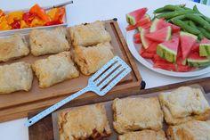 Butterdejspakker med oksekød. Nem og lækker aftensmad selv på en travl hverdag. Butterdejspakkerne kan let varieres ved fx at tilsætte kylling. (Recipe in Danish)