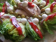 Ensalada de cogollos de lechuga con ventresca de atún. Ver receta: http://www.mis-recetas.org/recetas/show/37854-ensalada-de-cogollos-de-lechuga-con-ventresca-de-atun