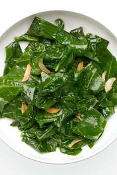 10 Foods that Fight Spring Allergies - Work vitamin C-rich foods, like citrus and broccoli, into your diet, and turn to stinging nettle as a potent natural form of allergy relief. Spring Allergies, Nutrition For Runners, Allergy Relief, Health And Fitness Tips, Healthy Alternatives, Herbal Remedies, Food Hacks, Kale, Herbalism