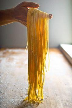 ....dopo l'impasto si procede con la forma della pasta preferita : le #tagliatelle in fattoria didattica www.uovalago.it