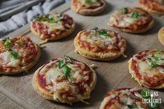 Diese Mini Pizzen aus Quark-Öl Teig sind super luftig und ganz schnell selbst g… These mini pizzas made from quark oil dough are super airy … Pizza Snacks, Snacks Für Party, Pizza Recipes, Pizza Pizza, Food To Go, Food And Drink, Party Finger Foods, Empanadas, Food Porn