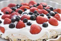 Bastogne kage med marengs, flødeskum & bær | nogetiovnen.dk Raspberry, Cheesecake, Fruit, Food, Cheesecakes, Essen, Meals, Raspberries, Yemek