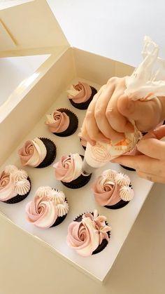 Cupcake Decorating Tips, Cake Decorating Frosting, Cake Decorating Designs, Cupcake Recipes, Dessert Recipes, Cupcake Cake Designs, Dessert Decoration, Chocolate Cupcakes Decoration, Decorated Cupcakes