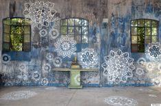 Η street artist NeSpoon θέλει να γεμίσει τις πόλεις όλου του κόσμου με δαντέλες