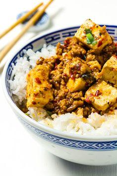 Nahaufnahme von Mapo-Tofu mit Reis