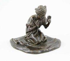 """Ferrari, Guiseppe (Italienischer Bildhauer, 1840 - 1905)  Figur """"Betender Araber"""", Bronze gegossen, fein ziseliert und braun patiniert, knieneder Araber in Kaftan und reichgeschmücktem Turban auf einem Teppich, die Hände zum Gebet erhoben, seitlich neben ihm seine Schuhe, unregelmäßiger Natursockel, auf dem Sockel signiert """"G.Ferrari"""" und Gießermarke """"BRONZE GARANTI"""", 18,5 x 19 cm, H 17 cm, ~1880."""