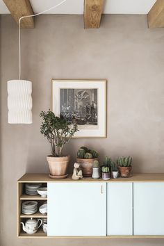 A beautiful sideboard with plants and cactus. Hygee Home, Nordic Bedroom, Interior Decorating, Interior Design, Beige Walls, Living Room Grey, Inspired Homes, Decoration, Colorful Interiors