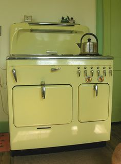 Retro kitchen stove in pale yellow. Vintage Kitchen Appliances, Kitchen Stove, Old Kitchen, Kitchen Decor, Retro Kitchens, Kitchen Cook, Vintage Decor, Retro Vintage, Vintage Hippie