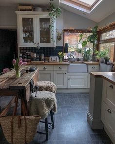 This kitchen just screams cozy at us ? We love the natural and fresh feel of it with all the plants and that natural wood table! Küchen Design, House Design, Design Ideas, Modern Design, Royal Design, Kitchen Countertops, Kitchen Cabinets, Blue Cabinets, Kitchen Backsplash