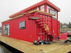 Boat builder Steve White from Belfast, Irland has recently constructed a houseboat made from shipping containers