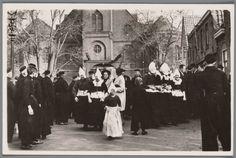 Het uitgaan der kerk in Volendam. 1905-1941 #NoordHolland #Volendam