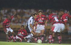 Edmundo passa por 6 jogadores do Flamengo na vitória por 4x1 na semifinal do brasileiro de 1997.