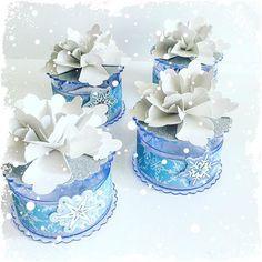 Caixa redonda acrilico azul usando o lançamento @tokeecrie papéis licenciados Disney , e flor feita com furador quadrado e adesivo floco de neve ( Projetos para sua inspiração - Feitos com as folhas para Scrap da coleção Disney - Peças não comercializadas pela Toke e Crie.