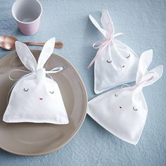 Les petits lapins en tissu, faits main Le tuto sur zodio.fr Coin Couture, Baby Boy Themes, Baby Shawer, Baby Party, Book Making, Sewing For Kids, Projects For Kids, Happy Easter, Diy Wedding