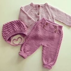 Hentesett klompelompe piece set in complimentary colours. Knit lace/ cabled design, crochet rest of pants around featured insert. sweet living and things: Villa This Pin was discovered by Eli This post was discovered by Elina Yli-Hauta. Baby Knitting Patterns, Baby Boy Knitting, Knitting For Kids, Baby Patterns, Baby Boy Sweater, Baby Cardigan, Baby Sweaters, Knitted Baby Outfits, Knit Baby Dress