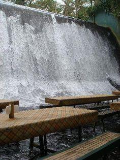 Have your buffet lunch beside the dam. Un pranzo a buffet sotto la cascata... Villa Escudero Resort - San Pablo City #ristorantistravaganti