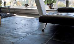 Rauh und unverwüstlich - entfaltet der Schiefer seine wahren Qualitäten erst beim näheren Kennenlernen. Besondere Eleganz offenbart unser Qualitätsschiefer in Kombination mit anderen Materialien wie Holz und Edelstahl, zum Beispiel im Bad und Sauna, als Arbeitsflächen in der Küche oder als Treppen die im Eingangsbereich stehen kann, aber auch mitten im Wohnzimmer verzaubert. Dieser Naturstein ist durch seine spaltraue Bearbeitung ein sehr natürlicher Baustoff.