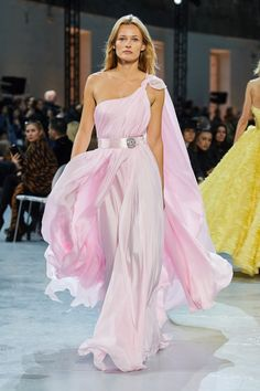 The complete Alexandre Vauthier Spring 2020 Couture fashion show now on Vogue Runway. Haute Couture Paris, Haute Couture Style, Couture Mode, Spring Couture, Couture Fashion, Runway Fashion, Spring Fashion, High Fashion, Fashion Show