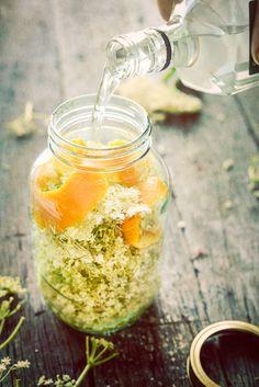 Narancsos BodzaVirágLikőr - Orange & Elderflower Liqueur - Fél csésze cukor literenként a vodkához. Kb. 15 bodzavirág, hogy egy üveg tele legyen vele. 1-2 bio narancs héját tegyük a virágok tetejére nehezékként … Töltsük fel vodkával, hogy teljesen lepje el! 4-5 napig sötét helyen érlelni majd leszűrni kávéfilteren ...